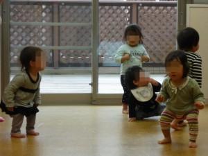 0才児です。 音に合わせて♪曲げて、曲げて♪と膝の屈伸運動。