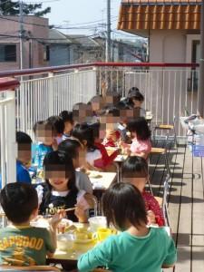 3歳児は、テラスに机といすを出して、給食を頂きました。