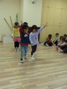 年少と年中のお友だちは一緒に手をつないで渡る練習をしました。