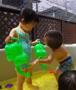 「一つ貸して~」 子ども同士のやりとりも見られます。
