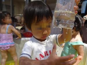 穴を開けたペットボトルから滴る水が楽しい!