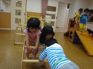 雨の日は室内の遊具で遊びます。 お友だちと一緒が楽しいね。順番もきちんと守れます。
