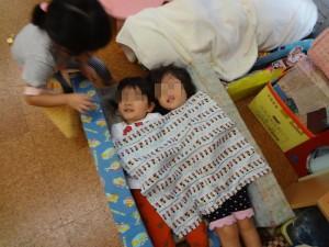 お母さん役が子どもたちを寝かしつけているのでしょうか。 ごっこ遊びもできるようになりました。