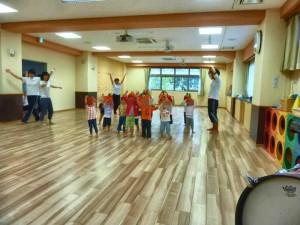2才児のダンスです。 りんごの帽子をかぶって可愛く踊ります。