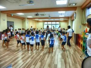 3・4・5才児によるみんなのわらべうた。 懐かしいわらべうたを歌いながら踊ります。