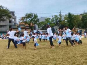 3才児 GO!GO!サーフィン ポンポンを持って元気よく踊りました。