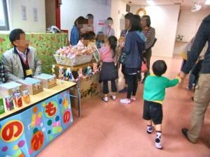 飲み物コーナーとおやつコーナーです。 子どもたちもお手伝いしてくれました。