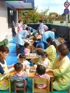 小さいお友だちはテラスで給食。 0才児クラスのお友だちもおいしそうにスプーンや手づかみで食べています。