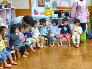 2才児クラス。初めてのブラッシング指導を楽しみにしていました。