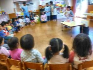 2才児クラス。歯科衛生士の方のお話をきちんと座って聞くことができました。