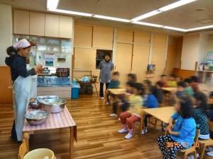 給食の先生に作り方を教わっています。